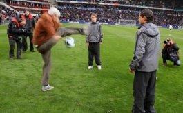 70-летний дед шокирует стадион техникой работы с мячом